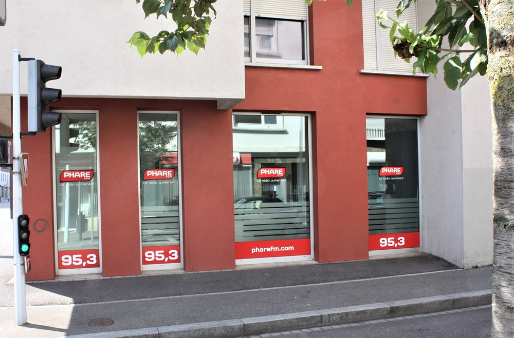 Habillage de 14 vitrines et portes avec logo, station radio et site Internet - EURHODE Mulhouse